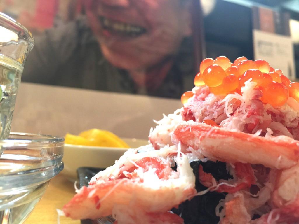 カニイクラの後ろで微笑むのは2代目小樽本店で大活躍のスーパー現役です!